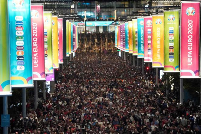 La foule quitte le stade Wembley après la victoire de l'Italie face à l'Angleterre en finale de l'Euro 2021, à Londres, le 11 juillet 2021.