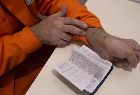 En maison d'arrêt, certains objets de culte, comme les livres religieux, sont autorisés. En fonction des interprétations qui en sont faites, les cinq points tatoués en forme de croix, n'ont pas une signification religieuse, mais symbolisent les quatres murs d'une cellule, et le prisonnier enfermé.