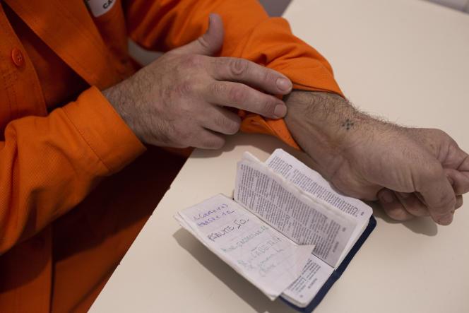 Les cinq points tatoués en forme de croix peuvent avoir une signification religieuse ou symboliser les quatre murs d'une cellule.