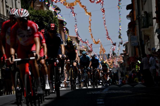 Il gruppo durante la 15a tappa del Tour de France, tra Serre (Pirenei orientali) e Andorra la Vella (Andorra), l'11 luglio.