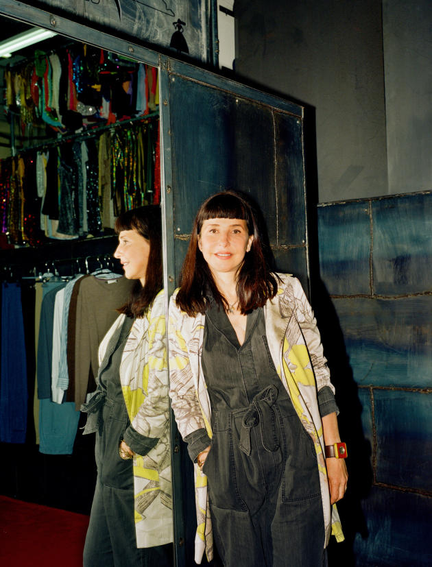 Anne-Sophie Gledhill chez le loueur de costumes Les Mauvais Garçons, à Paris, fin juin.