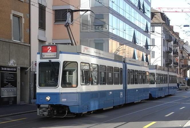 Un tramway circule sur la ligne 2, à Zurich, en Suisse, en 2010.