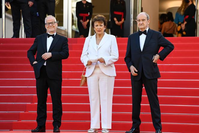 La ministre de la culture, Roselyne Bachelot, entourée du délégué général du Festival de Cannes, Thierry Frémaux (à gauche) et de son président, Pierre Lescure, le 9juillet.