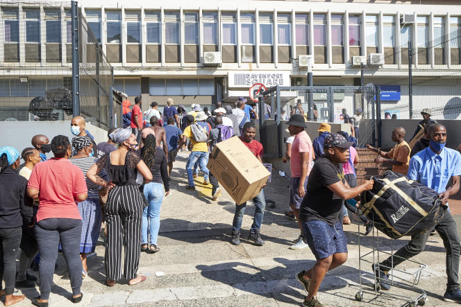 Des dizaines de personnes pillent un centre commercial, àDurban, en Afrique du Sud, le lundi 12 juillet 2021.