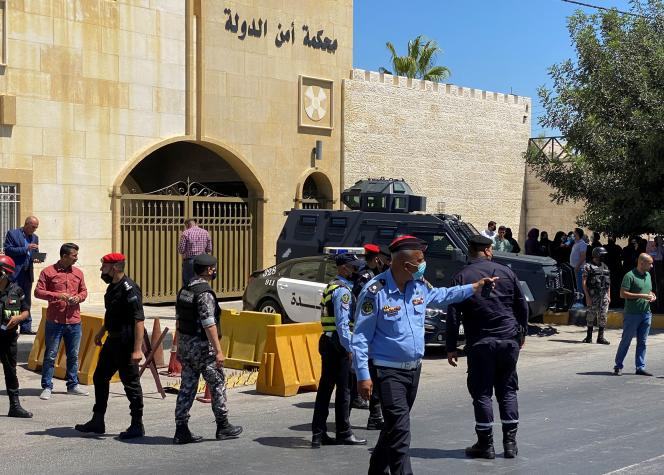 Aparat keamanan berjaga di luar pengadilan yang memvonis Bassem Awadallah dan Cherif Hassan ben Zaid di Amman, Yordania, pada 12 Juli 2021.