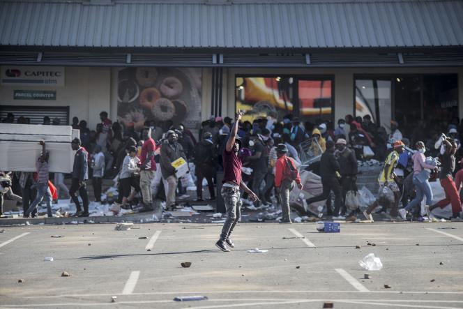 Lors du pillage du centre commercial Jabulani, dans le quartier de Soweto, à Johannesburg (Afrique du Sud), le 12 juillet 2021.