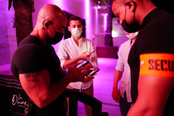 Des salariés de la boîte de nuit La Dune contrôlent le passe sanitaire d'un client à La Grande-Motte, le 9 juillet 2021.