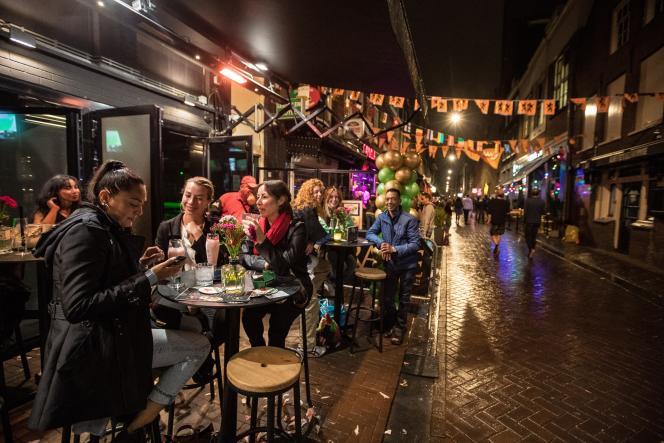 Des visiteurs prennent un verre sur la terrasse d'un café à Amsterdam (Pays-Bas), le 25 juin 2021.