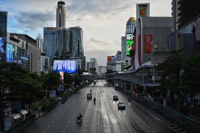 L'intersection deRatchaprasong, à Bangkok, au premier jour de la mise en place du couvre-feu, le 12 juillet.
