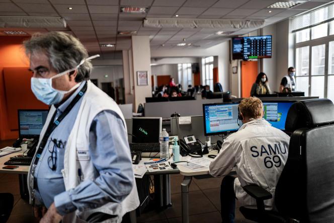 Au centre du SAMU de l'hôpital Edouard-Herriot de Lyon, en mars 2020.