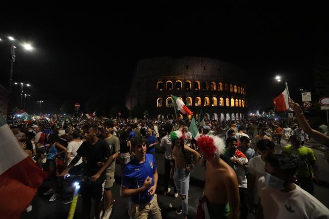 A Rome, en Italie, dès le coup de sifflet final, des foules de supporteurs ont fêté le sacre des « Azzurri »,le 11 juillet 2021.