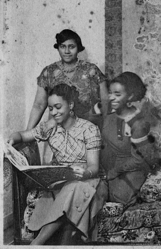 Paulette (debout), Lucy (à gauche) et Jane Nardal, au 7 rue Hébert, à Clamart (Hauts-de-Seine), le 19 octobre 1935.