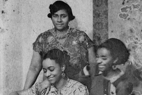 19 Octobre, 1935 Paulette, (debout), Lucy (à gauche) et Jane (à droite) dans le salon de leur appartement à 7 Rue Hébert à Clamart. (source pour lieux et date: Bernard MICHEL petit fils de Réne Maran qui à une copie de ce cliquee avec dédicace à René Maran)