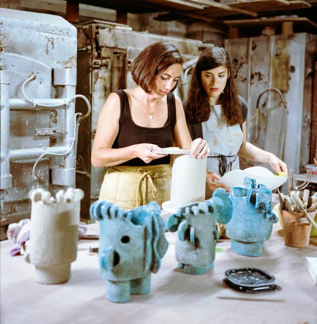 Olivia Cognet (à gauche) et Louise Tiberti, son amie venue l'assister, dans l'atelier du Musée de la poterie de Vallauris, le 1erjuin.