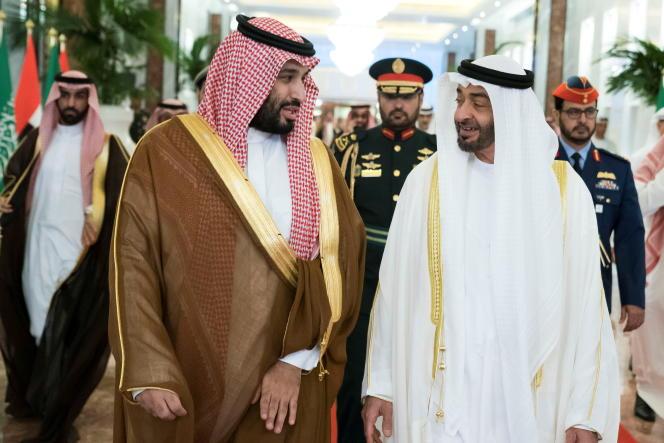 Le prince héritier d'Abou Dhabi, Cheikh Mohammed ben Zayed al-Nahyan, reçoit le prince héritier saoudien Mohammed ben Salmane à l'aéroport présidentiel d'Abou Dhabi, aux Émirats arabes unis, le 27 novembre 2019.