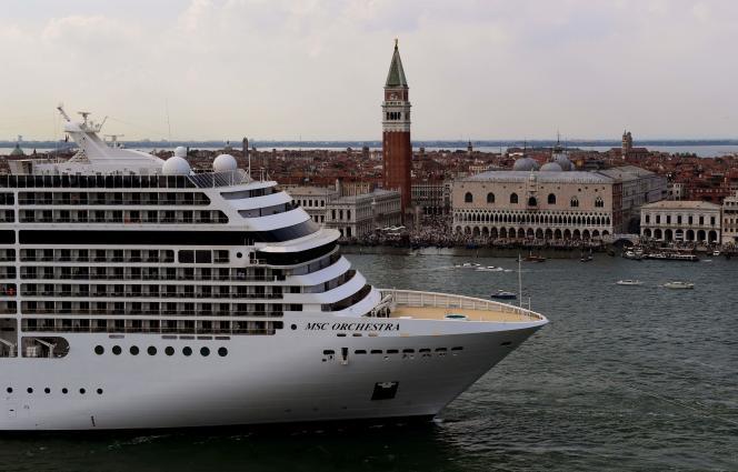 Un navire de croisière devant le palais des Doges, à Venise, en Italie, le 5 juin 2021.
