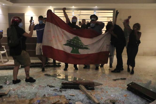 Des proches de victimes de l'explosion du port de Beyrouth ont réussi à pénétrer à l'intérieur du bâtiment qui abritele domicile du ministre de l'intérieur par intérim, le 13 juillet 2021.