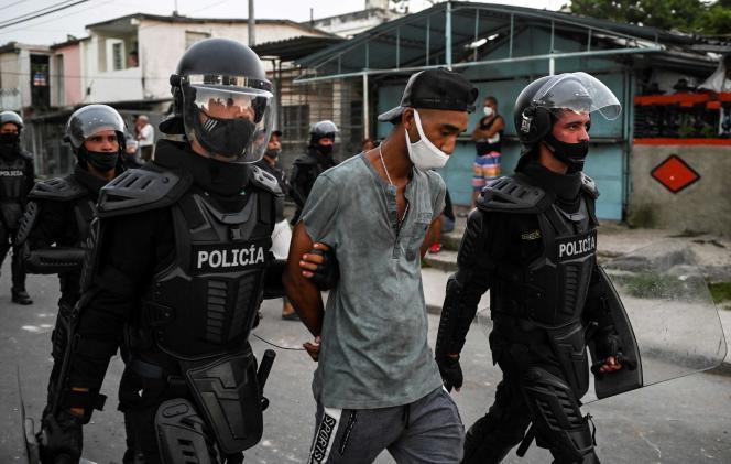 Un homme est arrêté lors d'une manifestation contre le gouvernement du président Miguel Diaz-Canel à Arroyo Naranjo, municipalité de la capitale cubaine La Havane, le 12 juillet 2021.