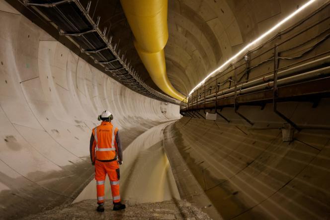Un employé d'Eiffage dans un des tunnels de la future ligne 15 du Grand Paris Express, en février 2021.