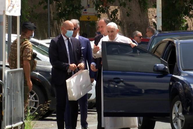 Capture d'écran tirée d'une vidéo à Rome montrant le papeFrançois sortir de sa voiture après avoir quitté l'hôpital Gemelli, le 14 juillet 2021.