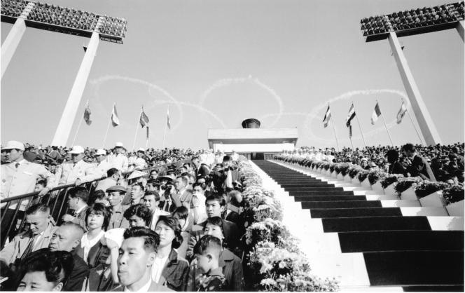 Lors de la cérémonie d'ouverture des Jeux de Tokyo, dans l'ancien National Stadium, le 10 octobre 1964.