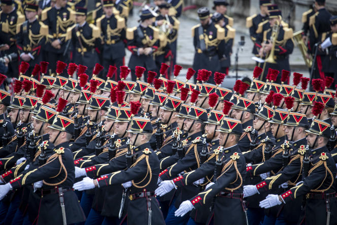 La Garde Républicaine défile sur les Champs-Elysées à Paris, le 14 juillet 2021