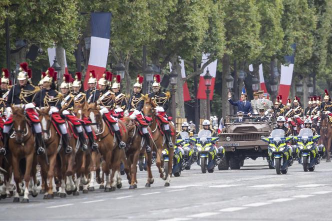 Emmanuel Macron, président de la République, et le Général François Lecointre, Chef d'Etat-Major des Armées, défilent sur les Champs-Elysées à Paris, le 14 juillet 2021