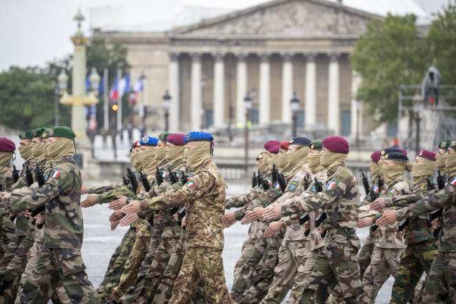 Des militaires de la task force européenne Takuba défilent sur les Champs-Elysées à Paris, le 14 juillet 2021.