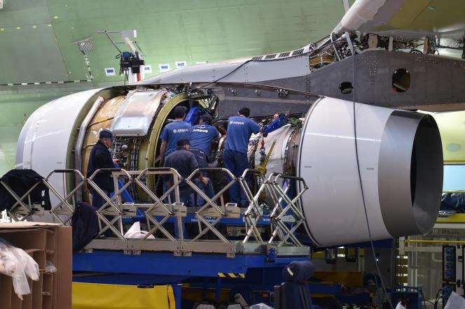 Des ouvriers d'Airbusinspectent un moteur d'avion, le 20 mars 2018, à Blagnac, près de Toulouse.