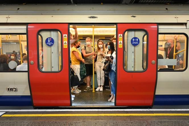 Des passagers du métro de Londres, le 14 juillet 2021.
