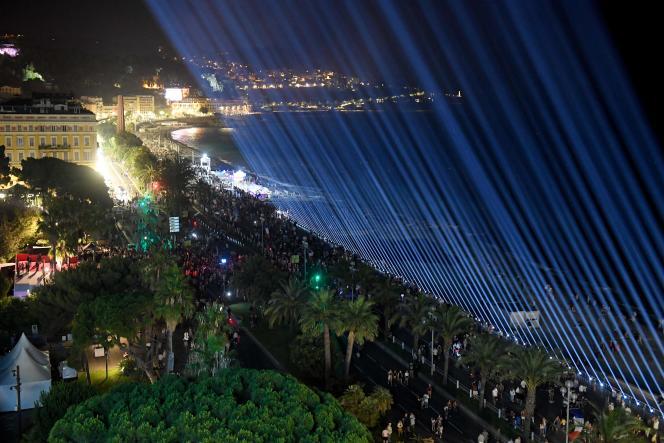 A 22h34 précises, surde la promenade des Anglais, à Nice, 86 faisceaux lumineux ont été allumés, le 14 juillet 2021, pour marquer le 5e anniversaire de l'attentat.