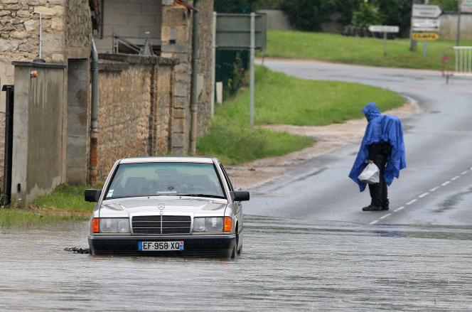 Près des berges inondées de l'Ardre à Fismes, dans la Marne, jeudi 15 juillet 2021.