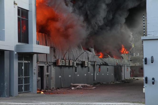 Une usine brûle à Durban, le 14 juillet 2021.