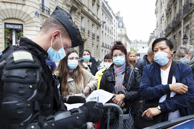 Vérification des passes sanitaires pour entrer sur les Champs-Elysées, à Paris, avant le défilé du 14 juillet 2021.