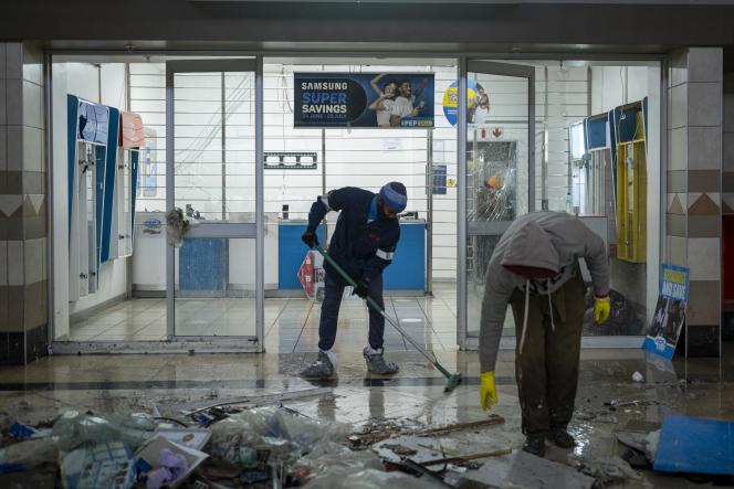 De nombreux Sud-Africains, ne comptant que sur eux-mêmes, ont commencé à déblayer et réparer. La présidence sud-africaine a tweeté, jeudi, ses remerciements à « ceux qui s'engagent dans les opérations de nettoyage ». Ici, le centre commercial Jabulani dévasté, à Soweto, le 15 juillet 2021.