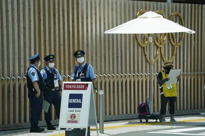 Des officiers de police, à l'entrée du village olympique, le 15 juillet 2021.