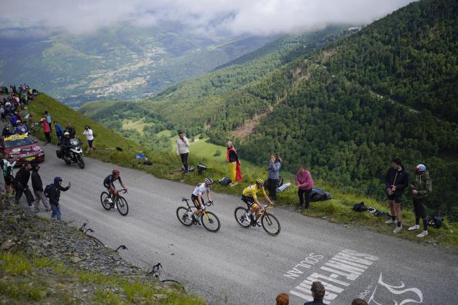 Le Slovène Tadej Pogacar, vainqueur de l'étape, portant le maillot jaune, le Danois Jonas Vingegaard, deuxième, portant le maillot blanc du meilleur jeune, et l'Équatorien Richard Carapaz, troisième, gravissent le Col du Portet lors de la dix-septième étape du Tour de France, mercredi 14 juillet 2021.