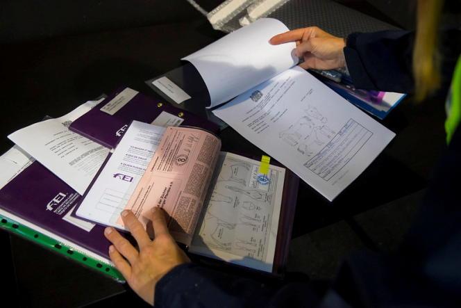 Les passeports des chevaux sont vérifiés à l'aéroport de Liège (Belgique), avant le départ pout Tokyo.