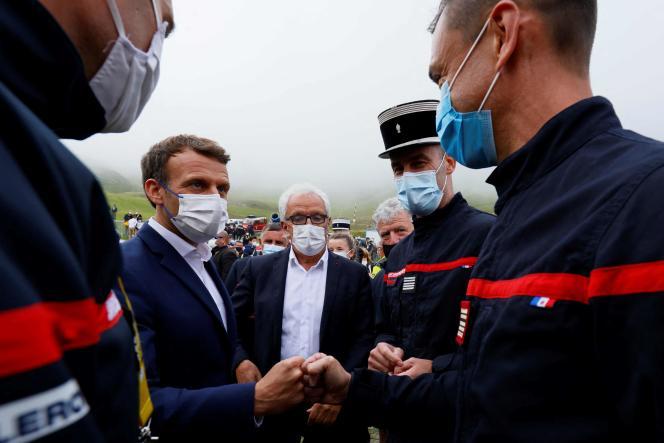 Emmanuel Macron visite un centre de vaccination itinérant après la 18e étape du Tour de France, dans les Hautes-Pyrénées, le 15 juillet 2021.
