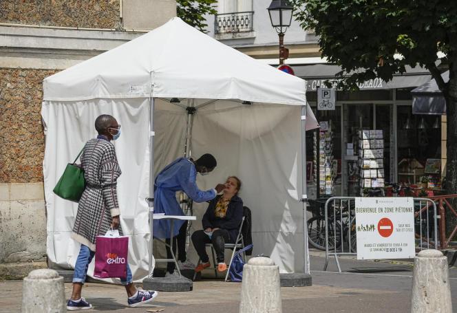 Un centre mobile de dépistage du Covid-19, à Versailles, le 15 juillet.