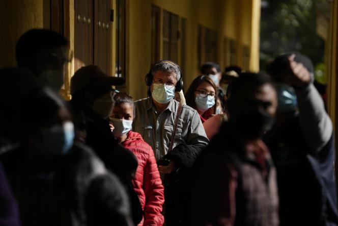 Des personnes font la queue en attendant de recevoir une dose du vaccin Moderna, dans un centre de vaccination, à San Juan Sacatepéquez, au Guatemala, jeudi 15juillet 2021.