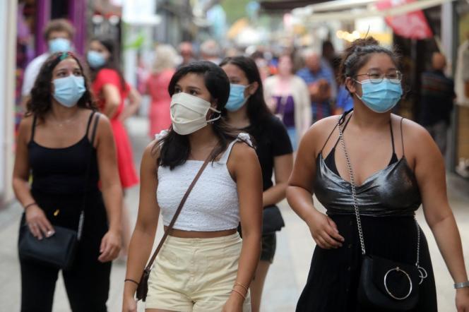 Des passantes portent un masque dans une rue d'Argelès-sur-Mer (Pyrénées-Orientales), le 22 juillet 2020.