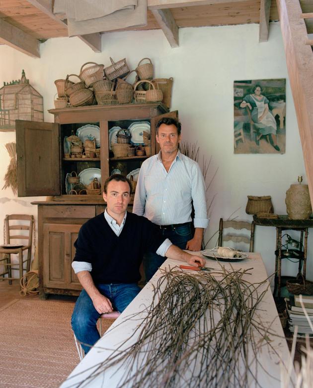 Anthony Watson (à gauche) et Benoît Rauzy, les créateurs d'Atelier Vime, dans leur ferme, à Plouhinec (Finistère), le 8juillet.