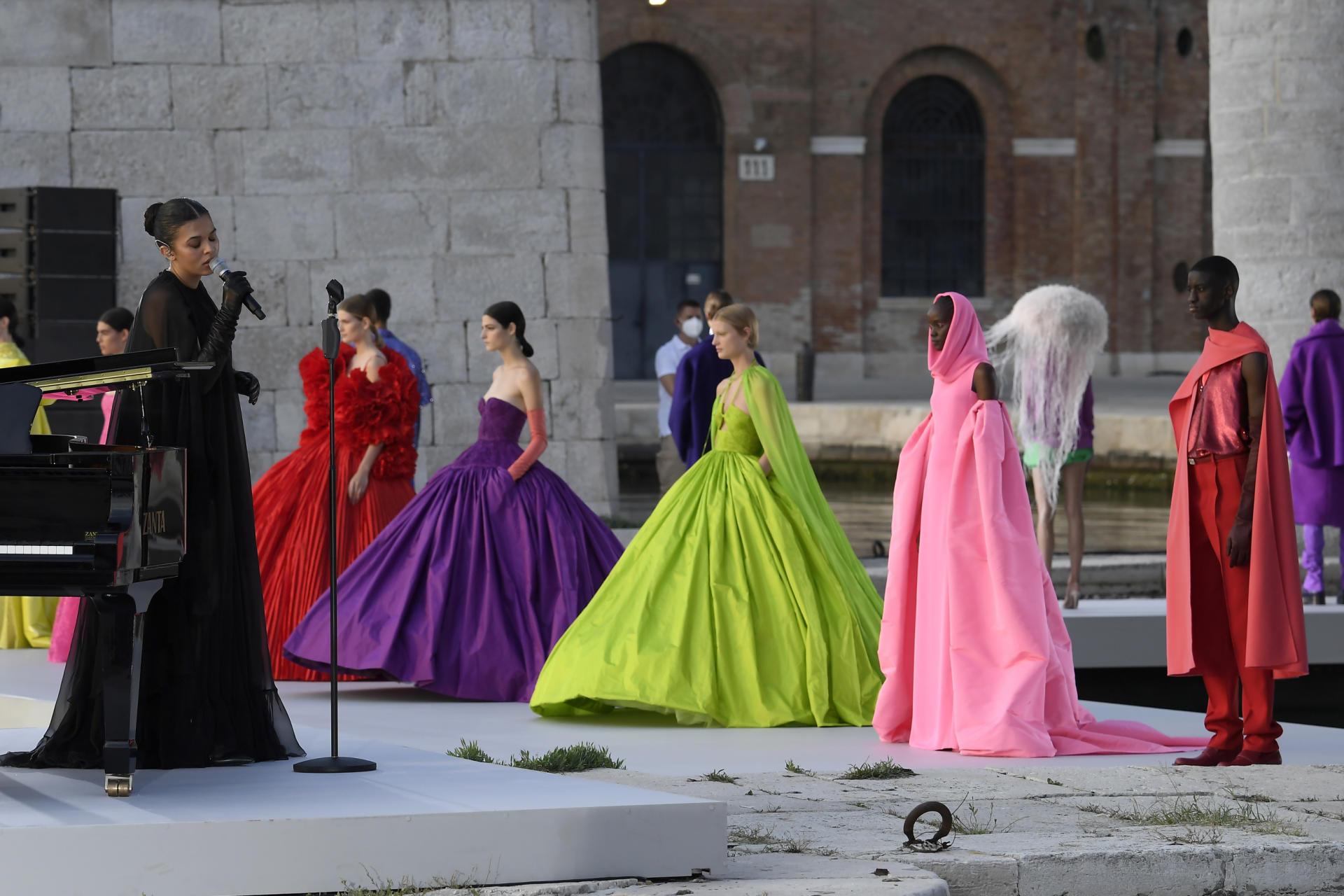 La chanteuse Cosima, lors du défilé couture Valentino.