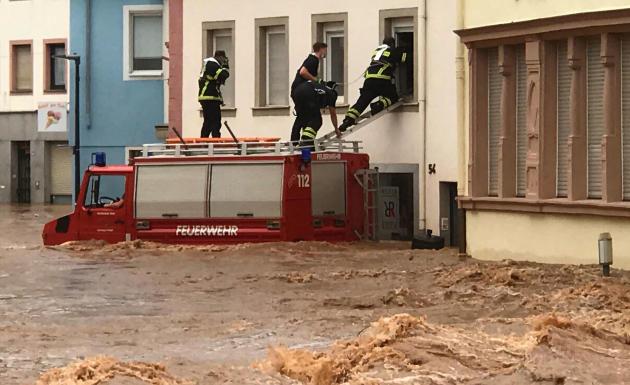 Des pompiers évacuent des habitants de Trèves, enRhénanie-Palatinat(Allemagne), le 15 juillet 2021.