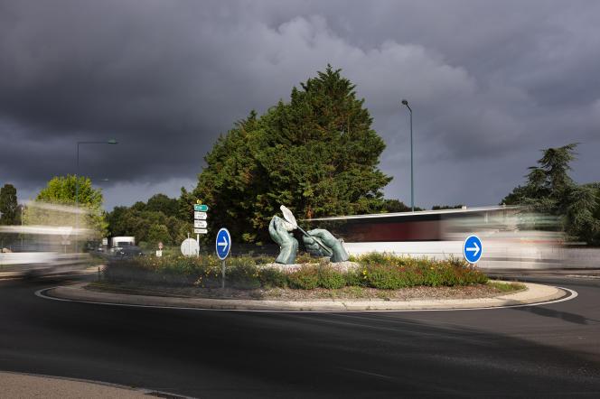 « Les Mains et l'Huître», de Jean-Luc Plé, au centre du rond-point de L'Eguille-sur-Seudre (Charente-Maritime), le 7 juillet 2021.