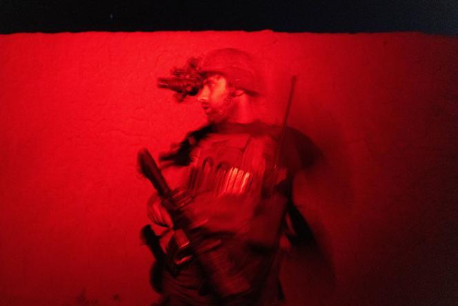Un membre des forces spéciales afghanes monte la garde tandis que des soldats fouillent une maison, au cours d'une mission contre les talibans, dans la province de Kandahar, en Afghanistan, le 12 juillet 2021.