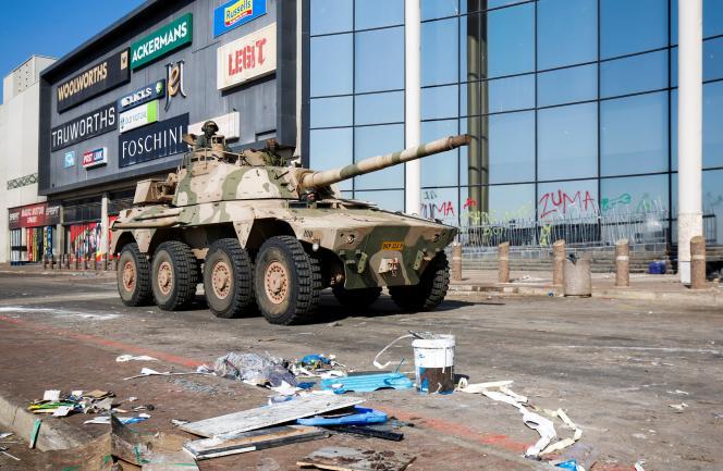 Un tank patrouille près d'un centre commercial après des pillages à Durban, en Afrique du Sud, le 16 juillet 2021.