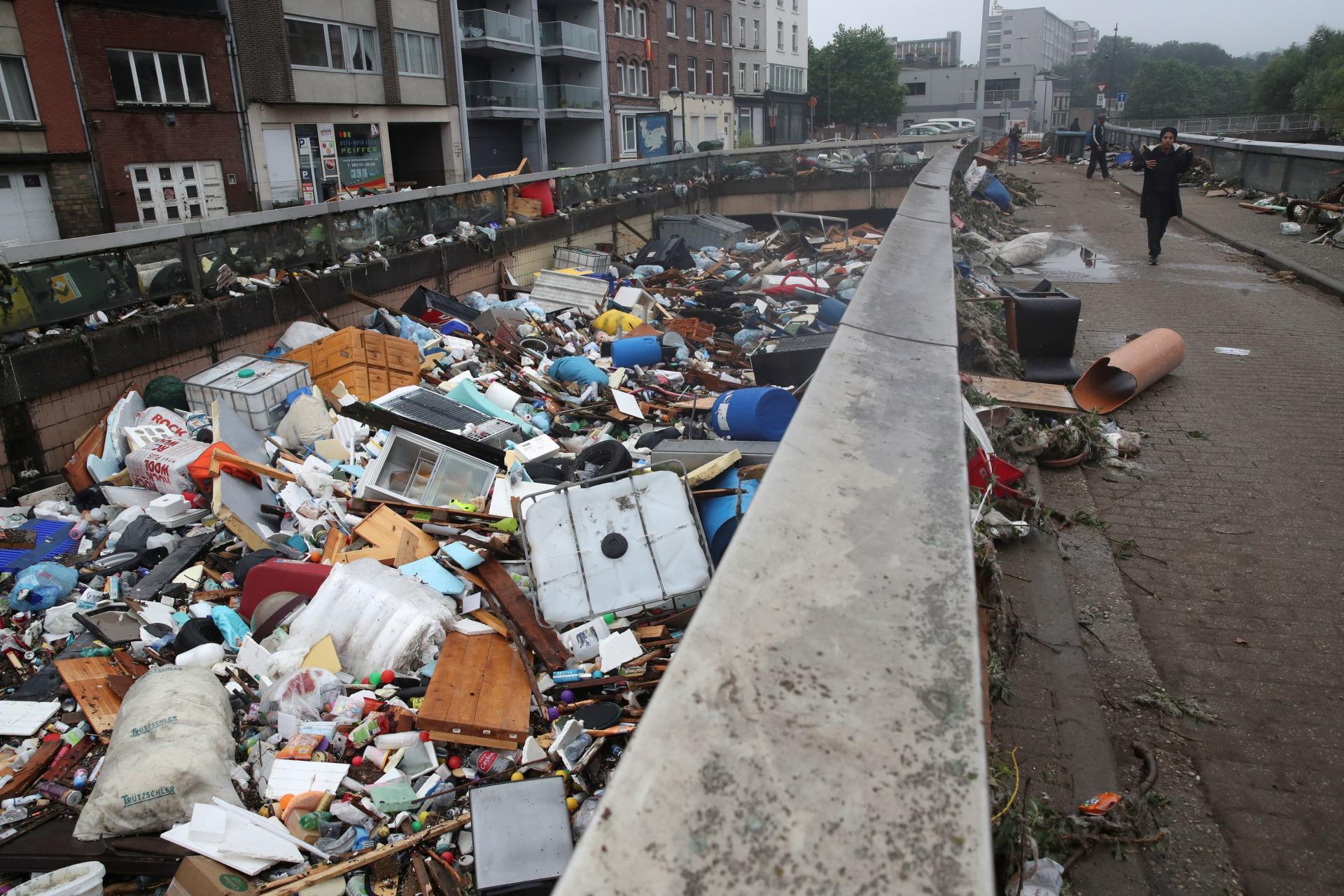 Des débris sont charriés par les crues à Verviers, en Belgique, le 16 juillet 2021.