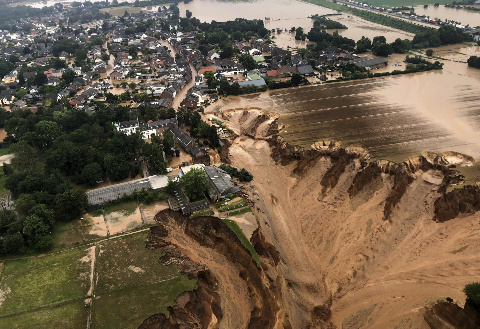 A Erftstadt, en Rhénanie-du-Nord-Westphalie (Allemagne), un gigantesque glissement de terrain dû aux inondations a fait de nombreuses victimes et continuait de s'étendre, le 16 juillet 2021.Les autorités ont évacué la population habitant dans la zone.